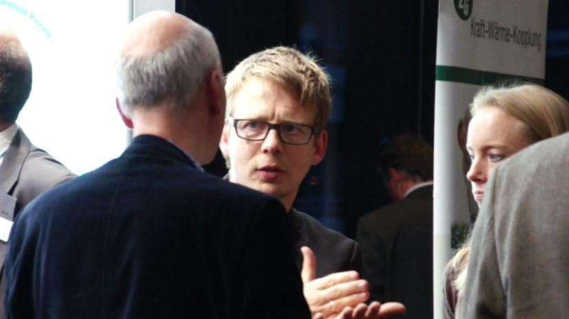 Nick Zippel, Initiator der Hamburger Energie- und Umwelttagung, GF von Sager & Deus sowie Verfechter einer dezentralen Energieversorgung, im Gespräch | Bild: greenIMMO