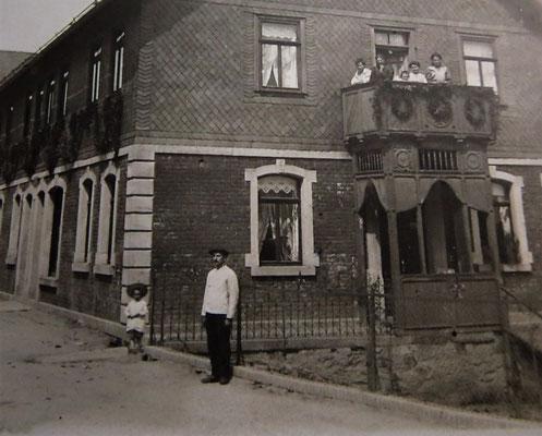 Vor der Metzgerei in Tettau um 1914