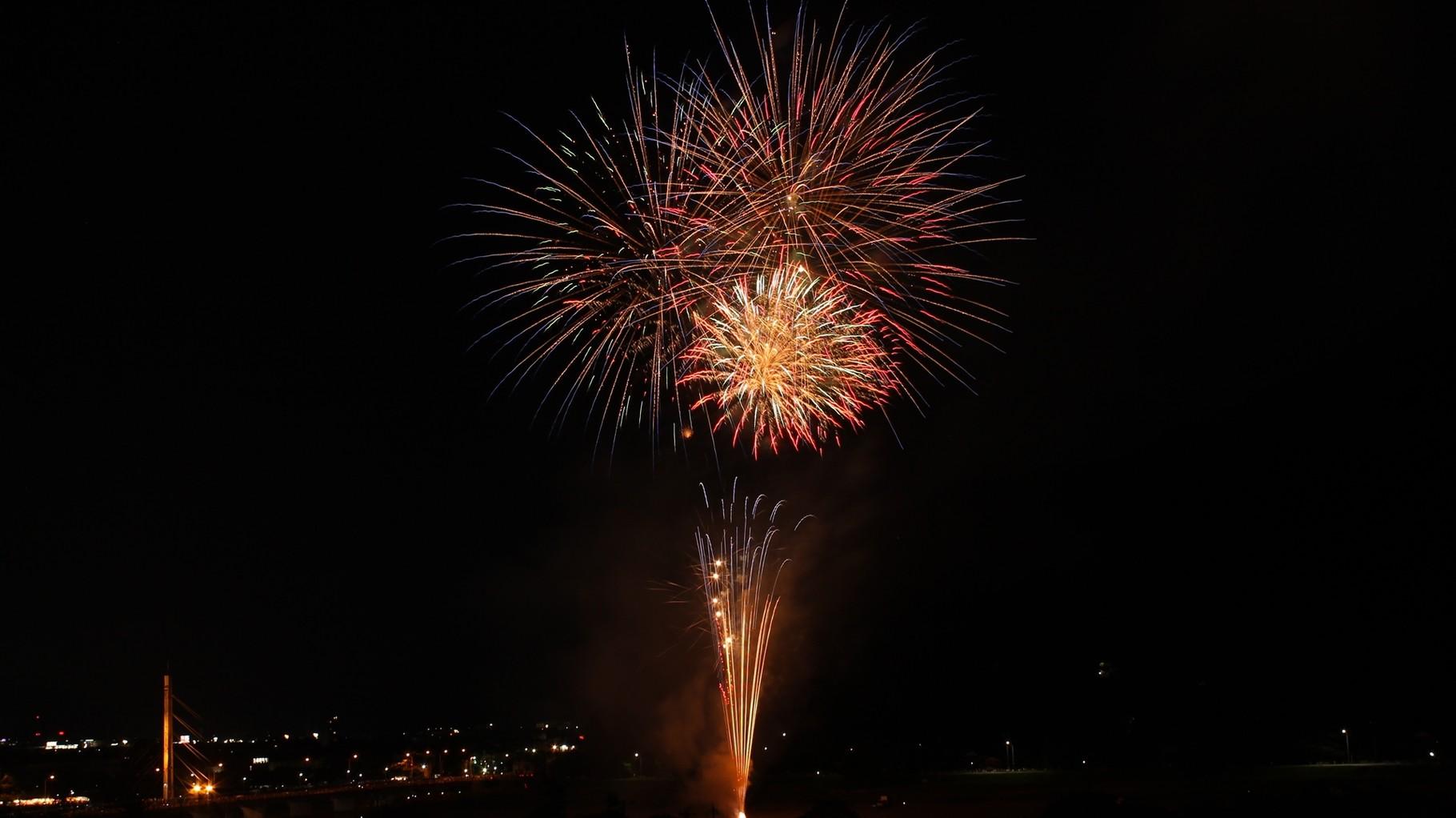 (夏) 住宅近くの日野川緑地公園で上がるダイナミックな花火(越前市サマーフェスティバル)