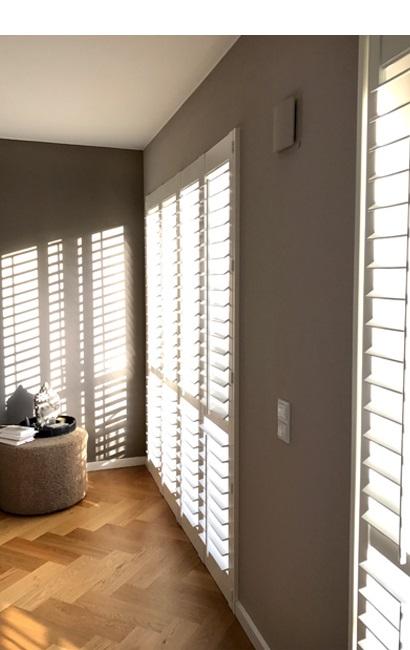 Bodentiefe Innenfensterläden in weiß zaubern Licht- und Schattenspiele