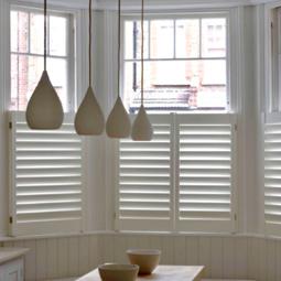 Bistro- oder Caféhaus-Shutters statt Bistrogardinen: Für halbe Fensterabdeckung