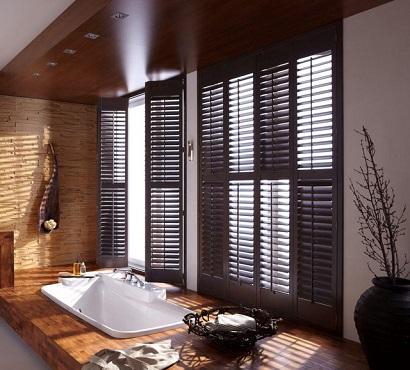 Fenster-Lamellen in edler Holzoptik als Sichtschutz für das Badezimmer