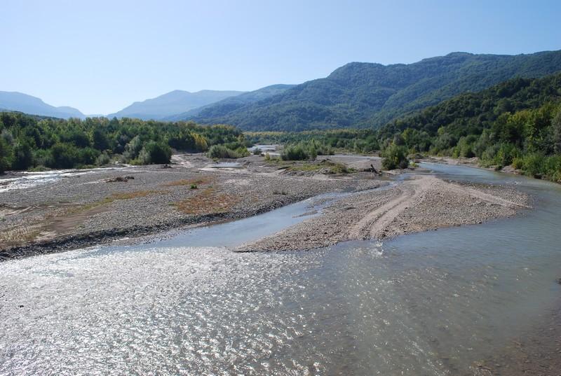 un des cent fleuves cotiers sur ma route, a son embouchure