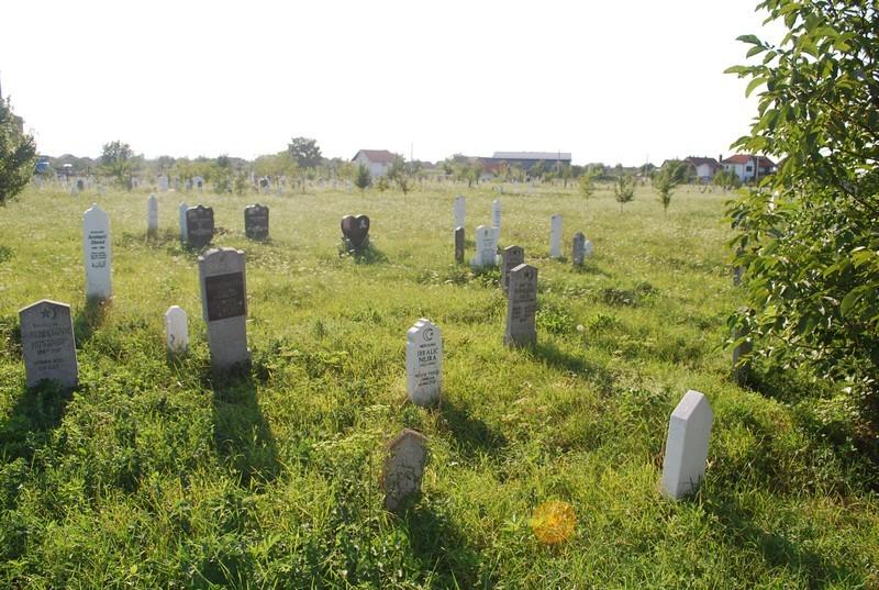 un cimetière parmi les champs.