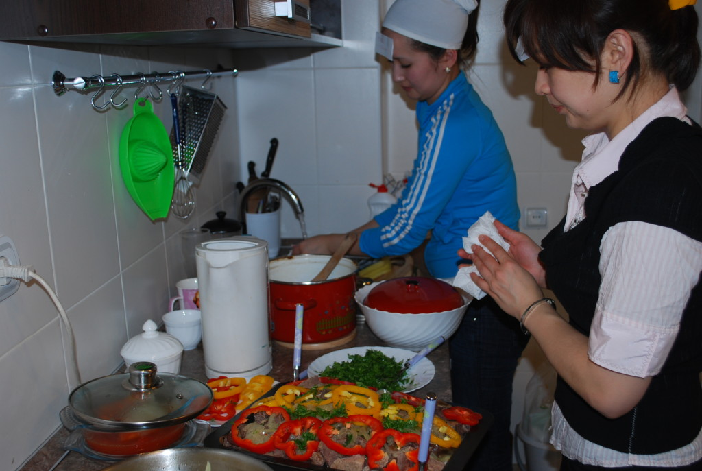 Des demoiselles Kazakhs cuisinent un Beshbarmak pour M. Jullien
