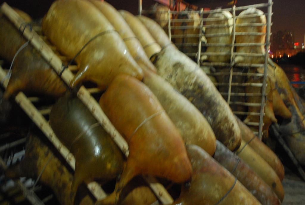 un radeau en peaux de mouton