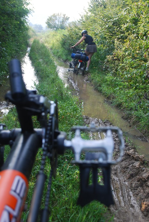 ... nous l'apprenons à nos dépens dans ces chemins de boue...