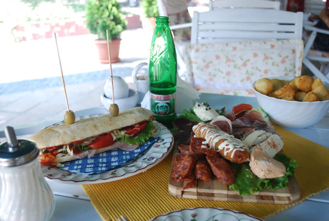 à Obrenovac, enfin un restaurant.