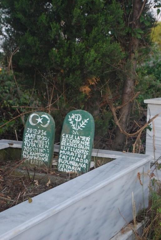des tombes au mılıeu des arbres, surplombant le Bosphore