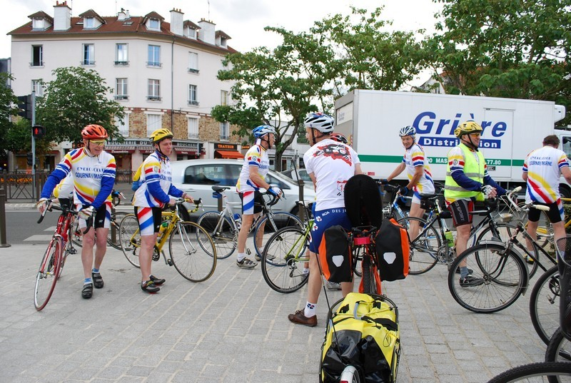 Premier arrêt : Gournay sur Marne, l'acceuil chaleureux de l'équipe cycliste de la ville