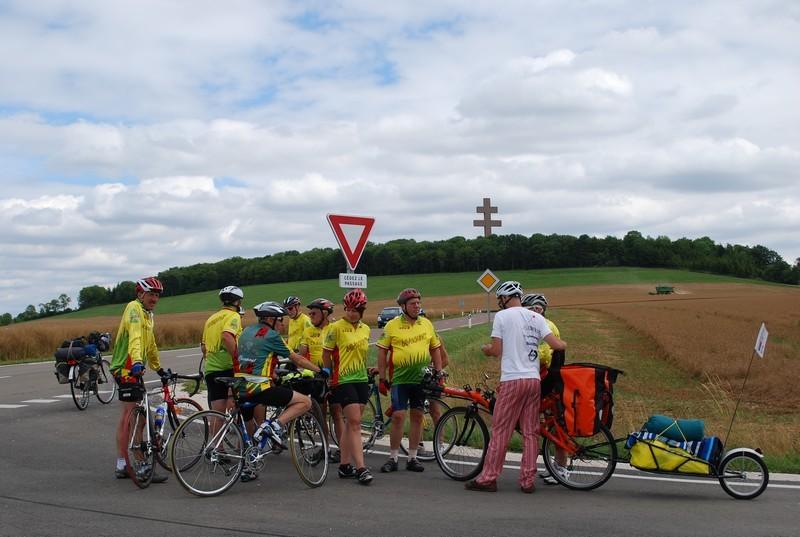 Accueil par les cyclistes de Chaumont à Colombey les deux églises