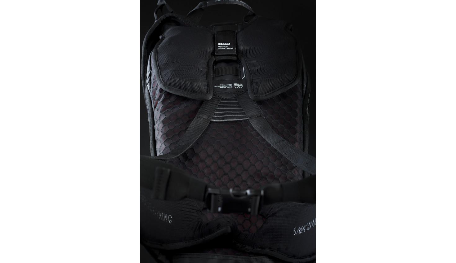Bergauf=Rucksack wird vom Rücken entfernt. Bessere Luftzirkulation.