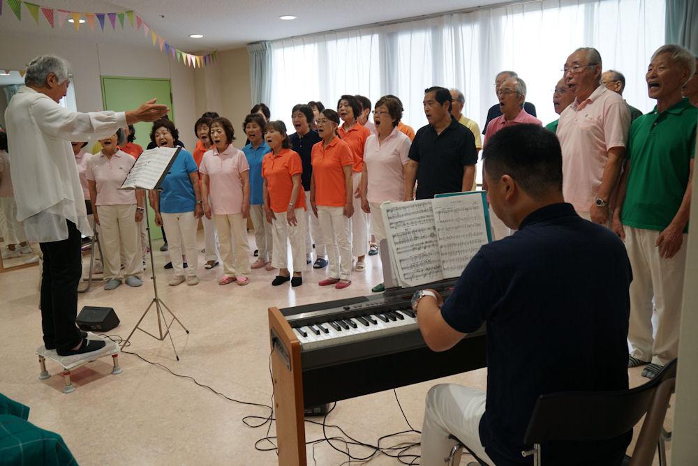 釜田先生の指揮で「日本の四季のメドレー」他を歌います。
