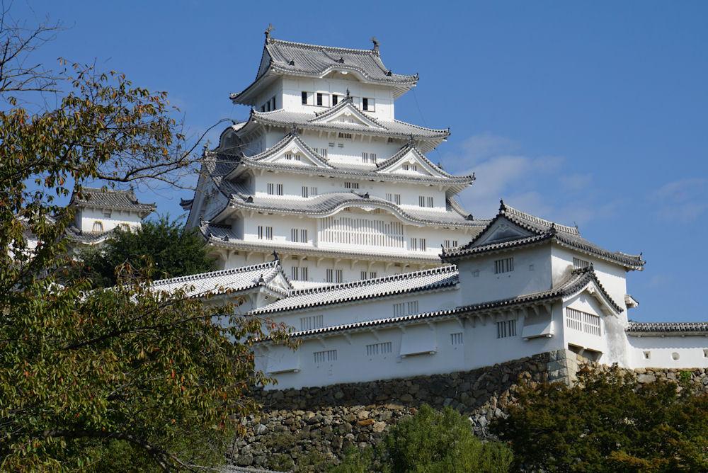 「白鷺城」と呼ばれるほど白く美しい姫路城が青空にそびえたつ。