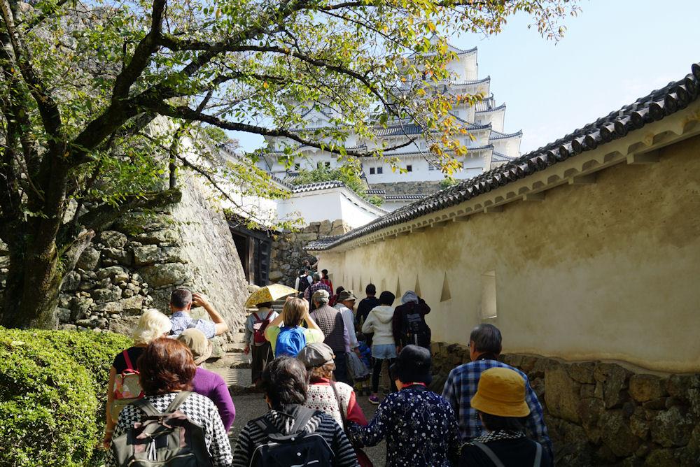 天守閣目指して歩きます。春はきっと桜が美しい姫路城です。