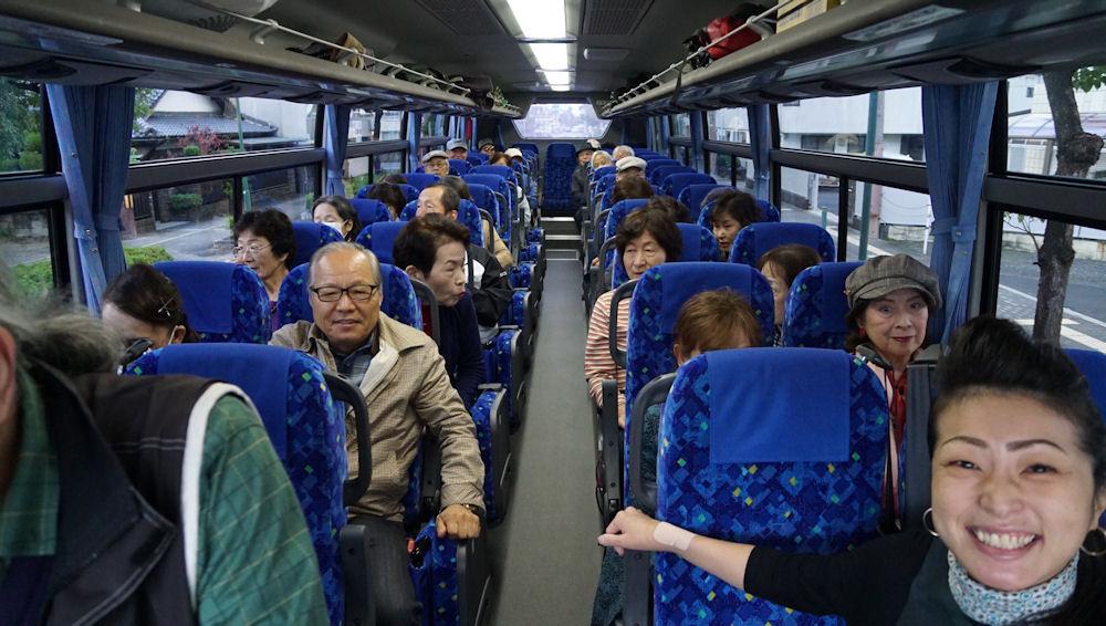 バスの中は歌声とクイズ合戦で大盛り上がりです。