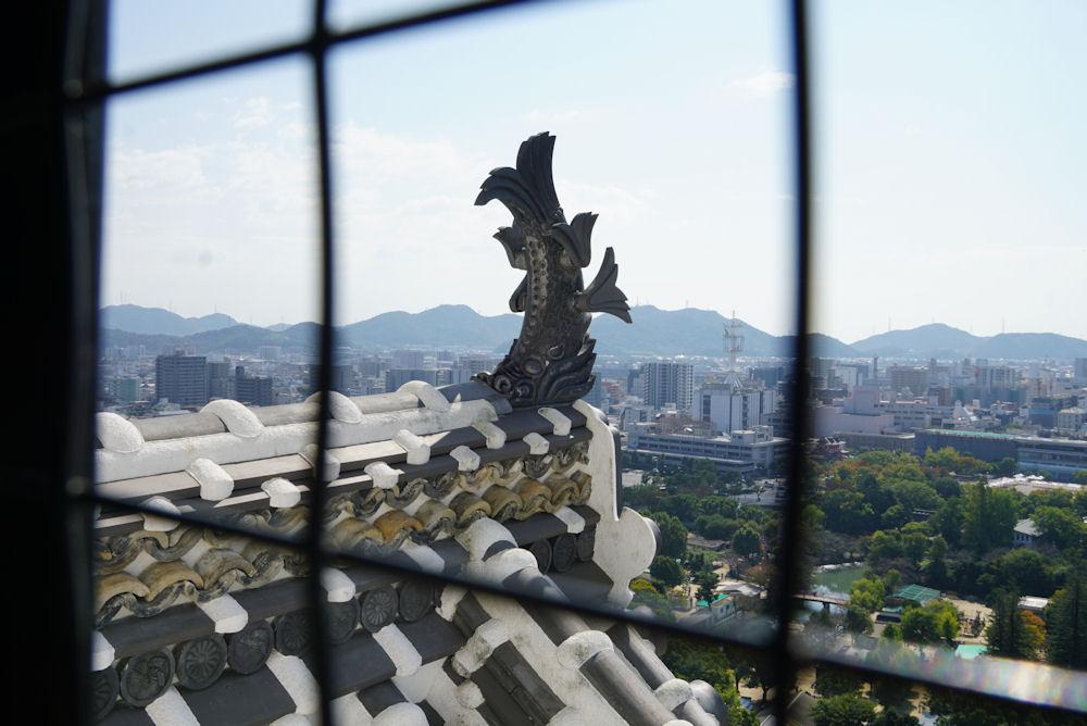 天守閣から見る姫路の街並みと鯱ほこ。