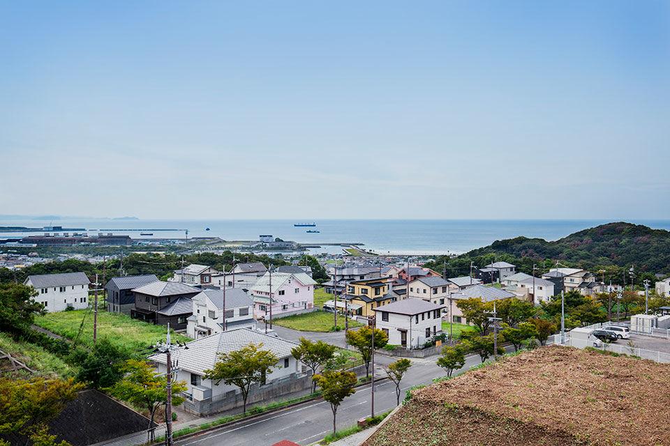周りには海と緑の丘に囲まれた素晴らしい環境