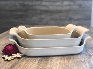 3 verschiedene Auflaufformen aus Ton ineinander gestapelt mit weißer Lasur, Bäker der Marke Pampered Chef®