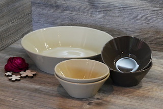 3 verschiedene Servierschüsseln in natur und grau, Material ist ton mit Glasur