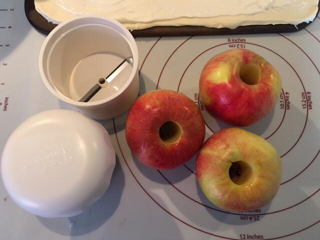 Äpfel entkernt neben dem Zauberstein von Pampered Chef mit Tausendschön, dem Spiralschneider