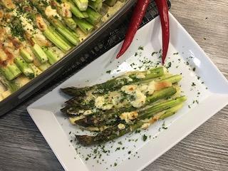 grüner Spargel mit Parmesan-Haube