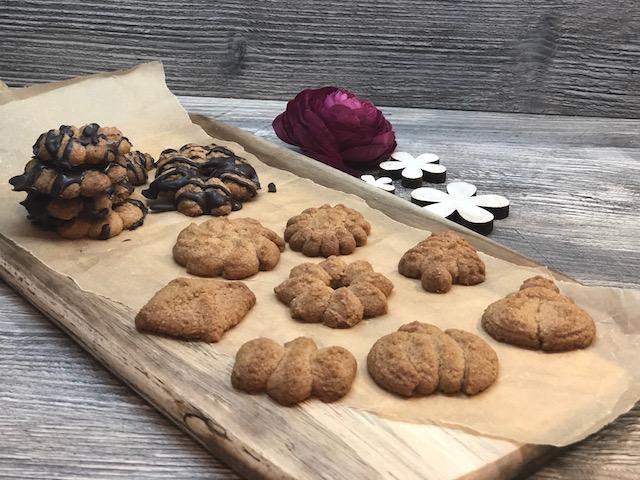 Plätzchen gebacken auf einem Holzbrett