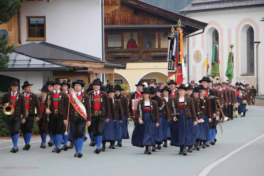 Aufmarsch der Traditionsvereine vor dem Kriegerdenkmal