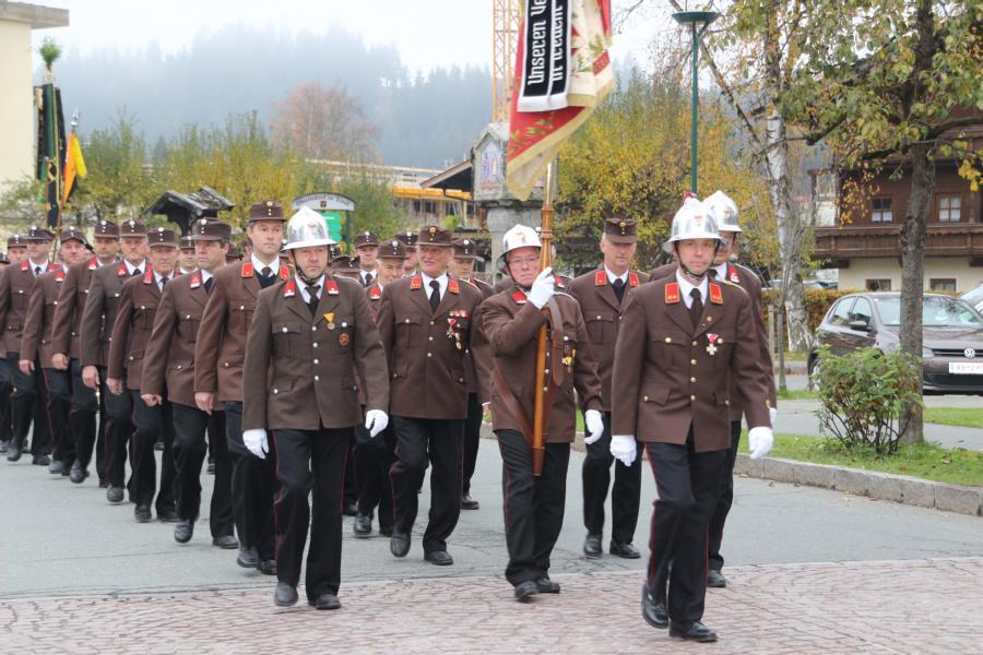 Einzug in die Kirche - Freiwillige Feuerwehr Oberndorf