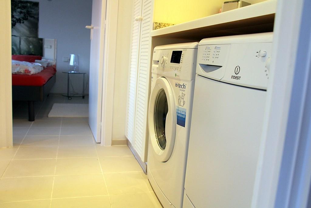 Waschmaschine und Trockner in der kleinen Diele
