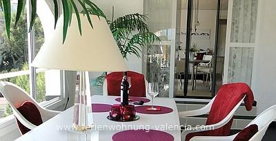 Das Bild zeigt den Wintergarten der Ferienwohnung Valencia und den Blick in das Apartmetn