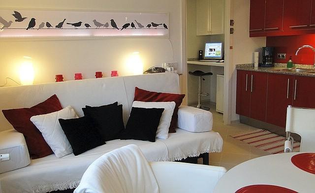 Sofa, Küchenzeile mit Blick in die Diele mit Computer, Ferienwohnung Valencia