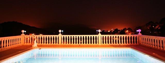 Meerwasser-Pool und Blick über Monterrey bei Nacht