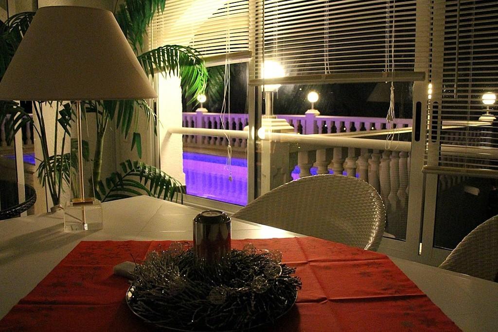 Adventsstimmung im Dezember 2013 - Wintergarten der Ferienwohnung Valencia mit Blick auf den Pool (Unterwasserbeleuchtung mit wechselnden Farben)