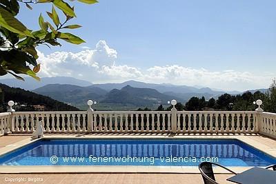 Das Bild zeigt den Pool der Ferienwohnung und den Ausblick über die Berge von Gandia, Foto: Birgitta Kuhlmey, Valencia, Spanien