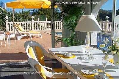 Ferienwohnung Valencia,  Wintergarten der Ferienwohnung Valencia, Terrasse der Feriengäste und Pool, Foto: Birgitta Kuhlmey, Valencia, Spanien
