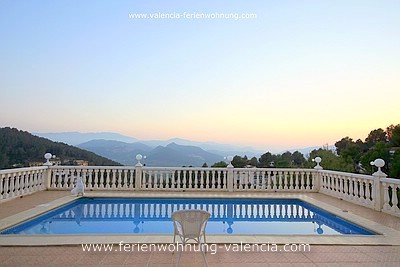 Ferienwohnung Valencia, das Bild zeigt den Pool und den Ausblick über die Berge von Gandia bei Sonnenuntergang, Foto: Birgitta Kuhlmey, Valencia, Spanien