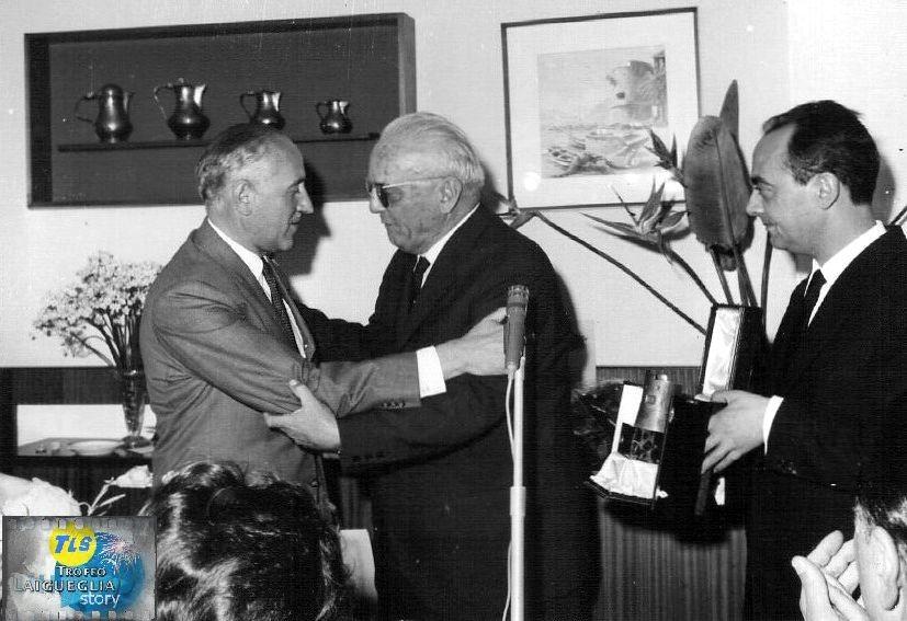 """Foto courtesy: Angelo Marchiano. Premiazione con """"il Bastione d'oro"""" nel 1965 a Jacques Goddet, direttore del quotidiano L'Equipe ed organizzatore e patron del Tour de France."""