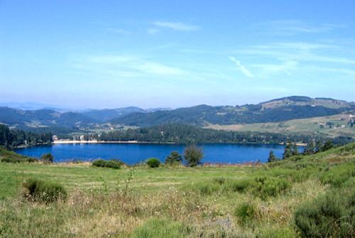 Le Lac d'Issarlès, dans la montagne ardéchoise