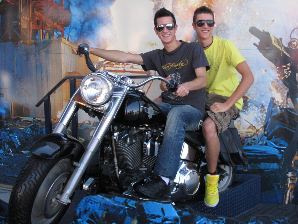Philip und David Kohli auf Arnold Schwarzeneggers Maschine...