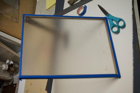 en entourant les 4 bords du cadre