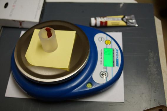on pése également le clorant dans un petit récipient à part qui permetrra de recevoir un peu d'eau pour diluer le colorant