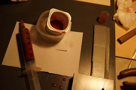 on incorpore le rouge de Venise et on remplit une seringue tiède avec la quantité calculée en fonction de la surface à préparer