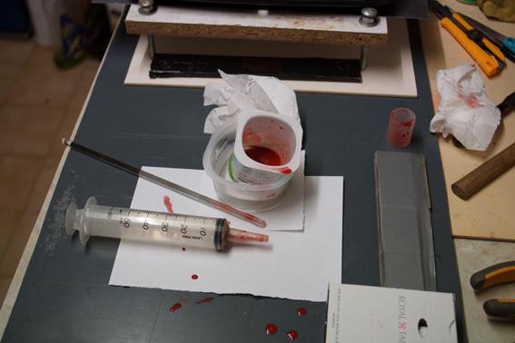 la gélatine pompée dans la seringue a été versée sur toute la surface de plexiglas