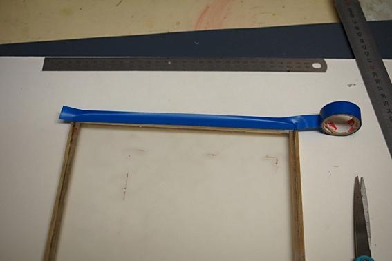 avec un cadre en bois et une plaque de verre synthétique ou plexiglas