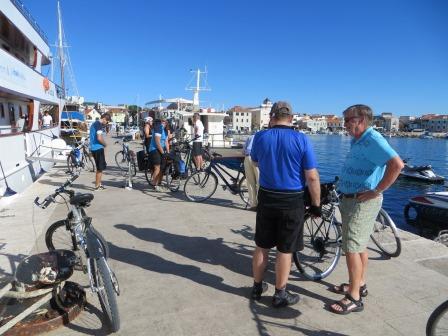 14.8. von Vodice nach Slanica. Die Fahrräder sind startklar.