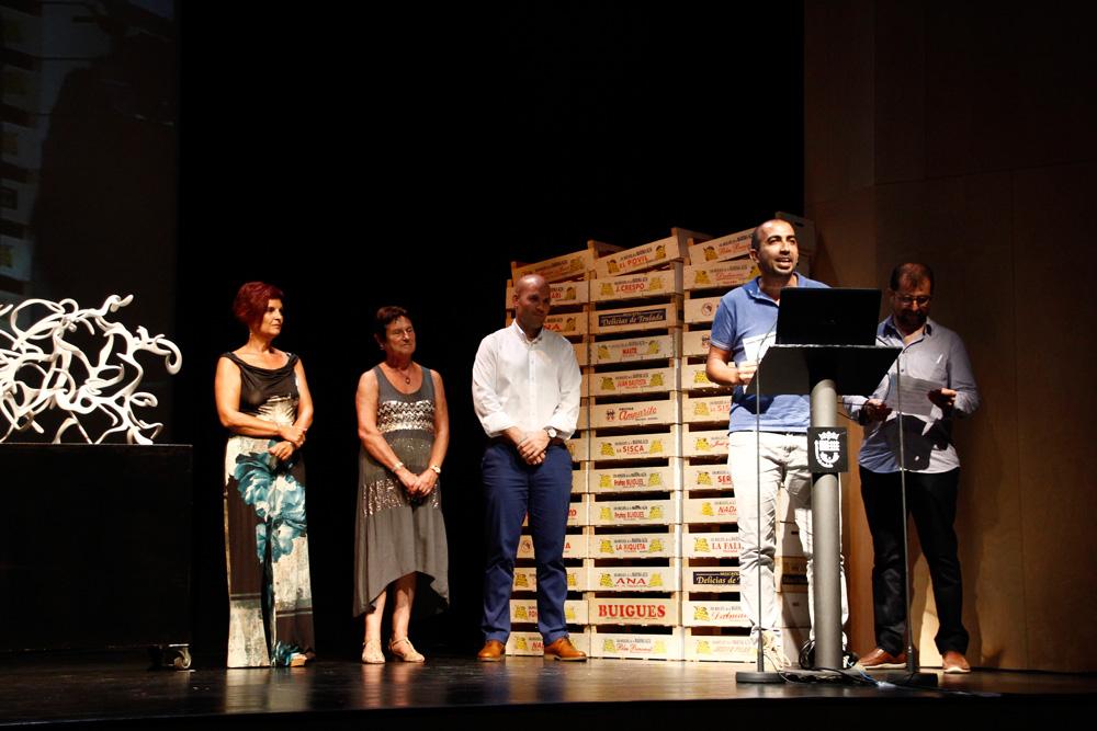 Enrique Leal dirigeix paraules al públic en l'entrega del premi.