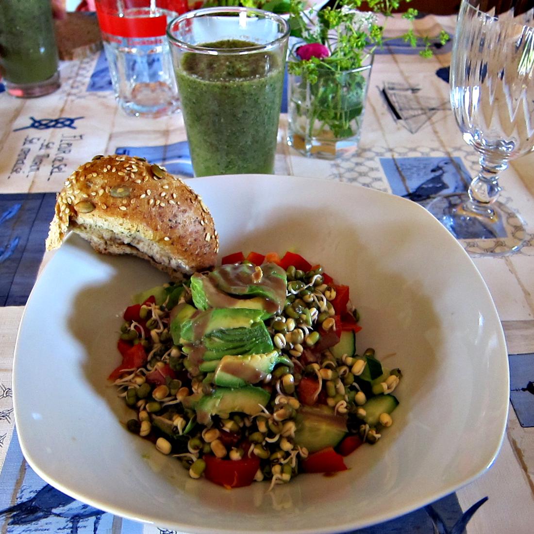 Grüner Saft und ein reichhaltiger Sprossensalat mit Avocado