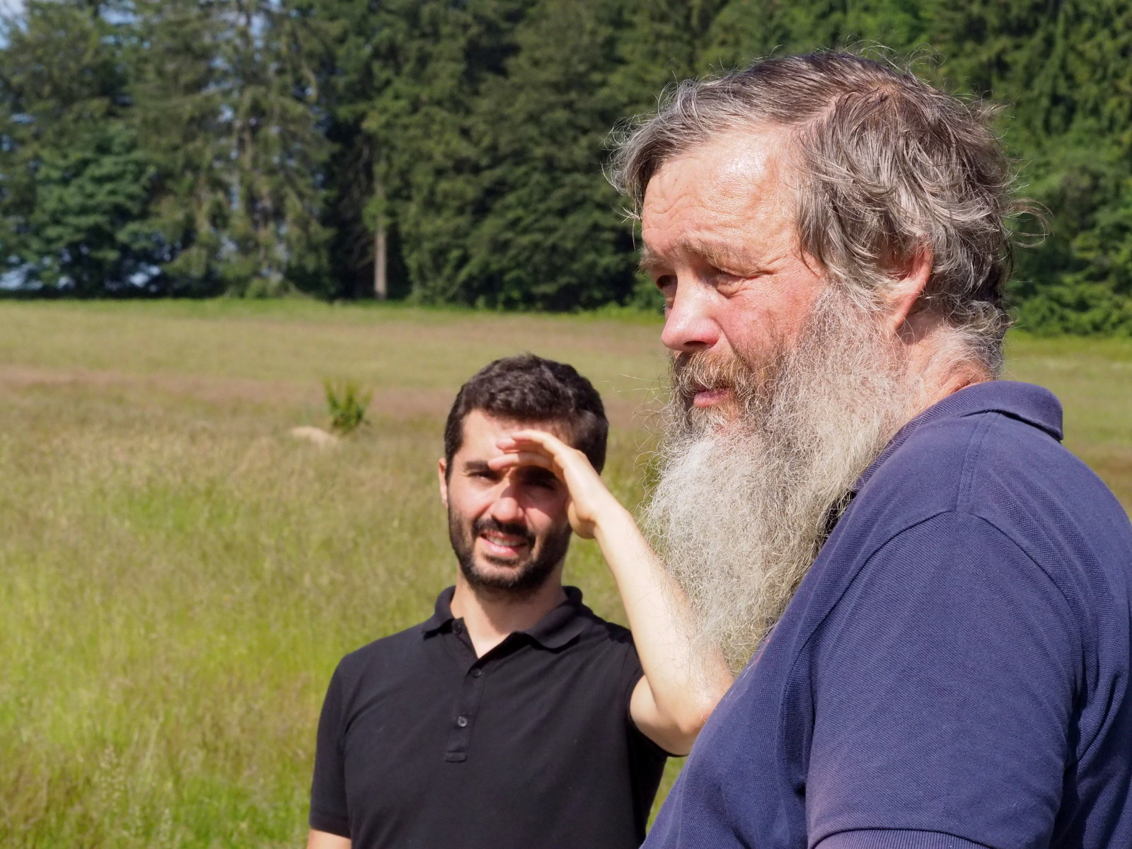 Biologe Karel Kleyn (rechts im Bild) erklärt Tiere und Pflanzen rund um Bärenfilz