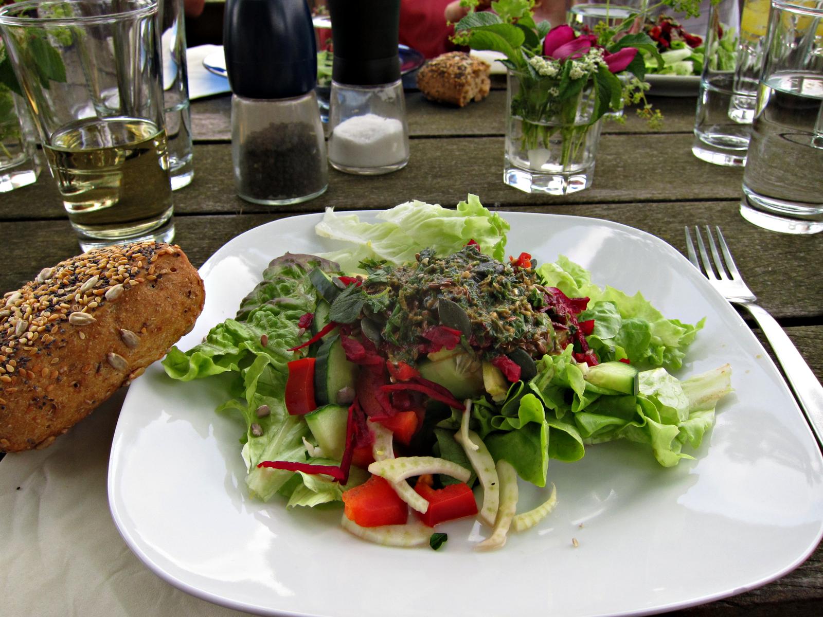 Frischer Salat mit Wiesenkräutern als Vorspeise